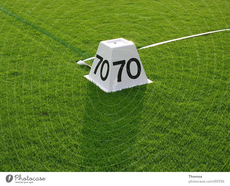 70m Markierung auf dem Rasen grün Leichtathletik 70 meter Schilder & Markierungen speerwurf Sport sommersport