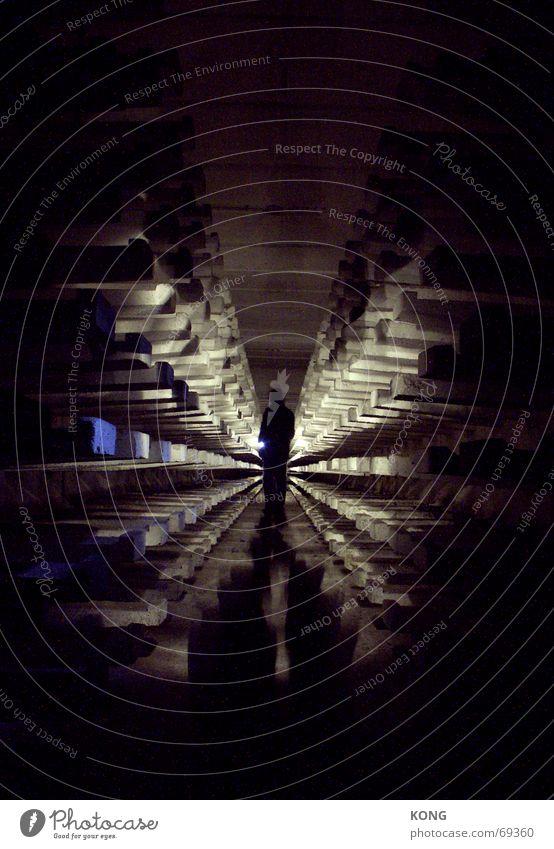 tunneling Einsamkeit dunkel Angst gruselig Tunnel eng stachelig Eiszapfen Platzangst Alptraum Spuk