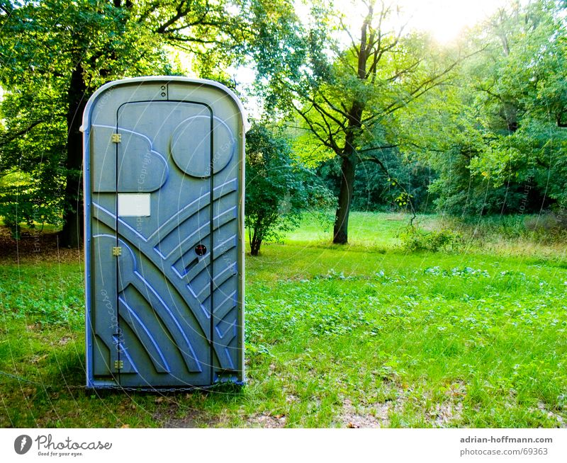 Ort der Stille Natur Baum Sonne grün blau ruhig Wald Wiese Gras Rasen Dorf Toilette Kot Statue Kunststoff Geruch
