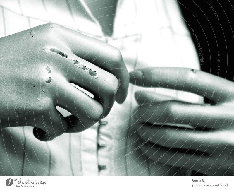 zieh dich aus, du alte Hippe Hand verfallen Puppe Versuch Fingernagel Haken Zeigefinger Intuition anziehen entkleiden Schaufensterpuppe Bluse