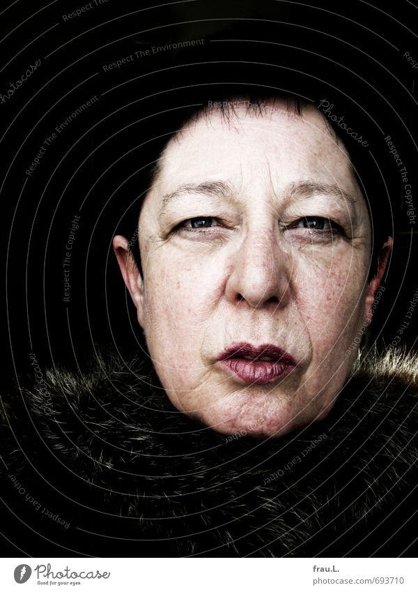 Alter-Ego Weiblicher Senior Frau Gesicht 1 Mensch 60 und älter Blick einzigartig Originalität stark Gefühle Kraft Pelzkragen kritisch selbstbewußt Falte Runzeln