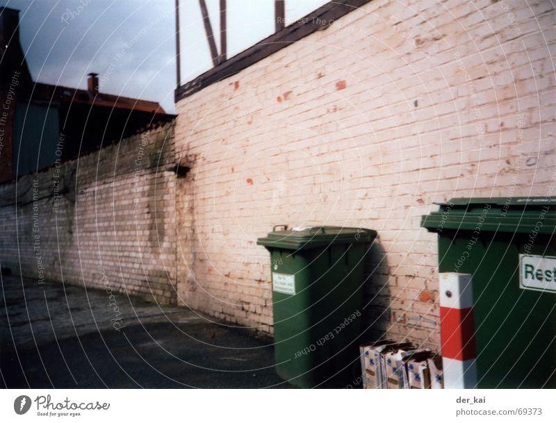 Trash as trash can Himmel grün weiß rot Haus Wand Erde Müll Weltall Pfosten Rest Müllbehälter Fass Gleichgültigkeit Restmüll