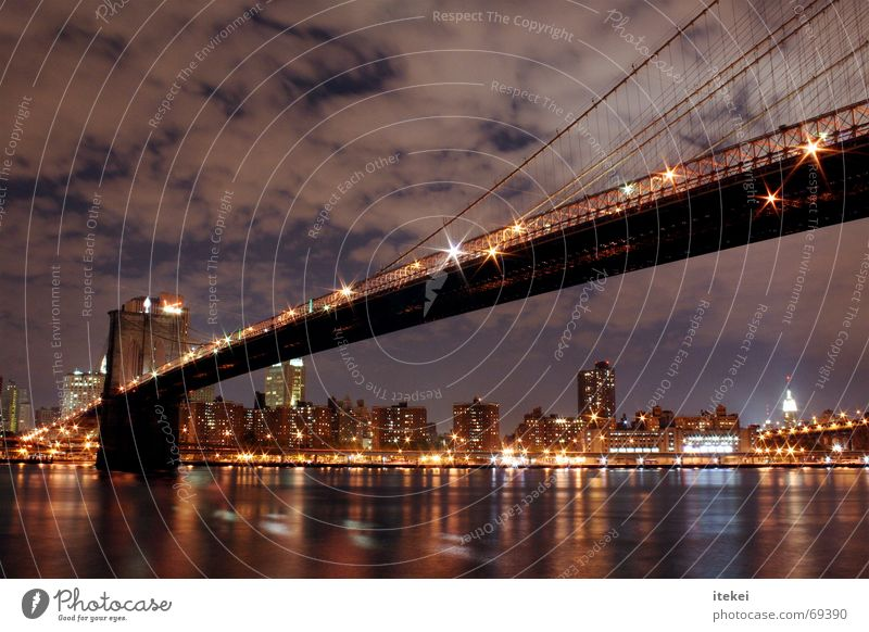 Brooklyn Bridge, NYC Stadtteil New York City Verkehr New York State East River Langzeitbelichtung Nacht dunkel Reflexion & Spiegelung schlechtes Wetter USA