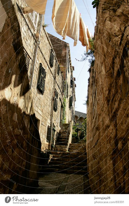 Wäschetrockner Kroatien Dubrovnik Sommer Physik trocknen Handtuch Steinmauer Wärme Treppe aufwärts alt