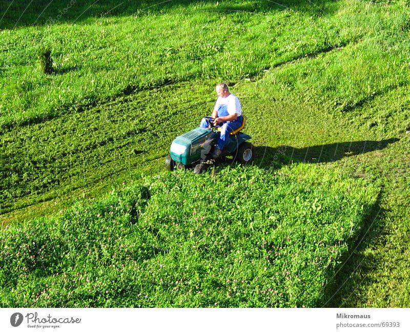Rasenmäherman 2 Mann grün Wiese Schatten Abendsonne Arbeitsanzug rasenmähen geschnitten kürzen Sportrasen Sommer Arbeit & Erwerbstätigkeit Krach Dienst