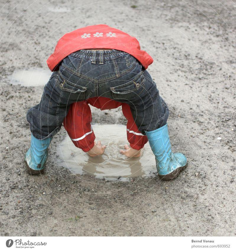 pfotogravieh feminin Mädchen Kindheit Gesäß 1 Mensch 3-8 Jahre nass blau grau rot Pfütze Waschen Hände waschen Hose Jacke Stiefel Gummistiefel dreckig Spielen