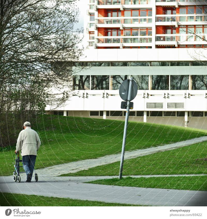 schorsch hat kein bock Senior Einsamkeit Park Hochhaus Ruhestand Gehhilfe Plattenbau Verkehrsschild Seniorenheim orientierungslos Wirtschaftswunder