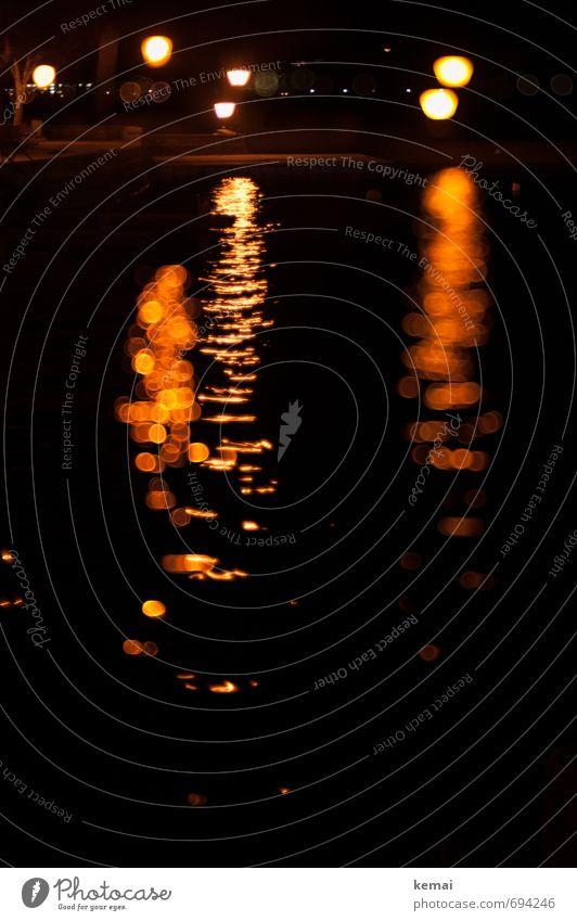 Lichter im Dunkeln Wasser See Wasseroberfläche Wellen dunkel orange schwarz ruhig Lichtpunkt Lichterscheinung Straßenbeleuchtung Lampe Nachtaufnahme Nachtruhe