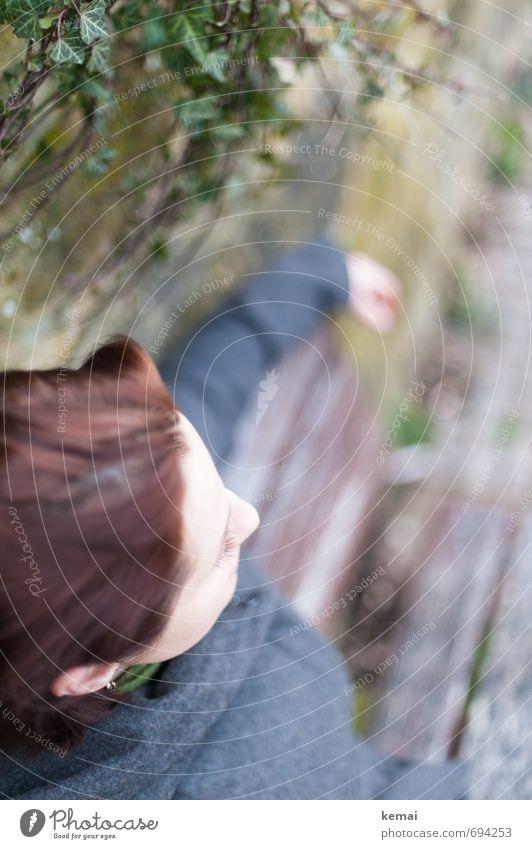 Abwarten Lifestyle Stil Bank Parkbank Mensch feminin Junge Frau Jugendliche Erwachsene Leben Kopf Nase Wimpern 1 18-30 Jahre 30-45 Jahre Pflanze Efeu sitzen