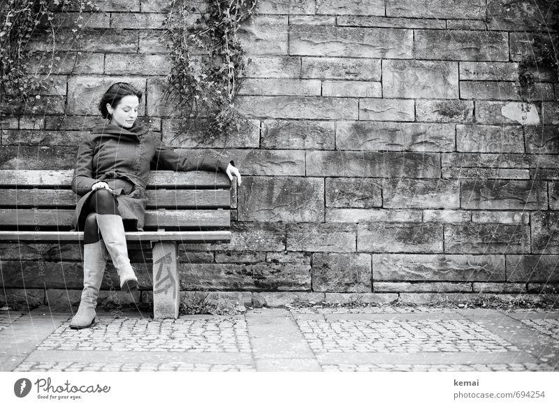 Empty spaces Mensch Jugendliche Einsamkeit Junge Frau ruhig 18-30 Jahre Gesicht Erwachsene Leben Traurigkeit feminin Mauer Stil Stein Kopf Beine