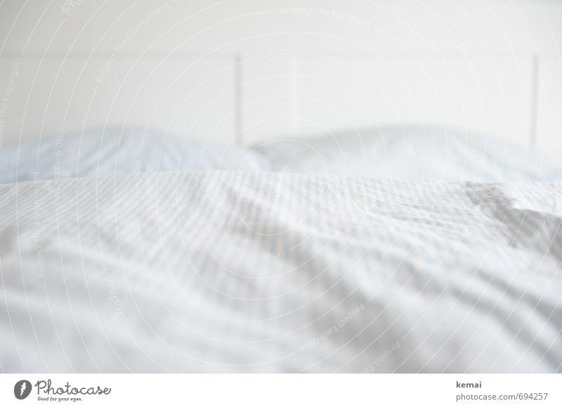 Lay your dreams down gently weiß ruhig Innenarchitektur Stil Holz hell Wohnung Häusliches Leben ästhetisch einfach Sauberkeit Bett Möbel gestreift Kissen