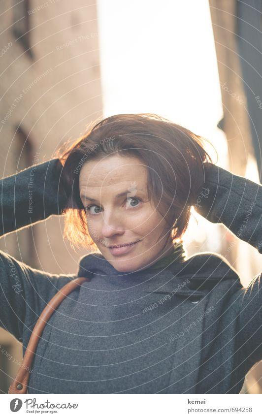 Alle Gute, Marina! Lifestyle Stil Spielen Mensch feminin Frau Erwachsene Leben Kopf Gesicht Arme 1 30-45 Jahre Stadt Fassade Mantel Haare & Frisuren brünett