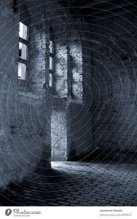 gate Haus Gebäude Gemäuer Ruine schwarz Licht ruhig Fenster verfallen Sonnenstrahlen Einsamkeit Zerstörung weis Schatten Tür Tor alt Lagerhalle Beleuchtung leer