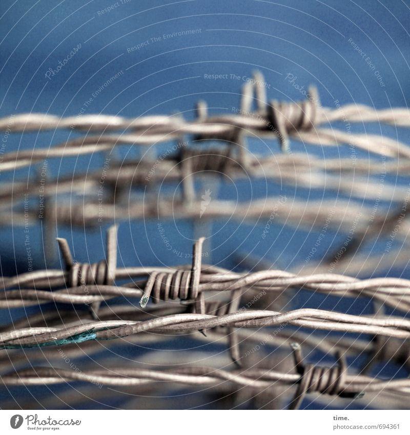 no way ahead Stacheldraht Stacheldrahtzaun Metall Spitze stachelig Kraft Macht geduldig Angst Entsetzen Todesangst gefährlich Stress Verzweiflung Nervosität