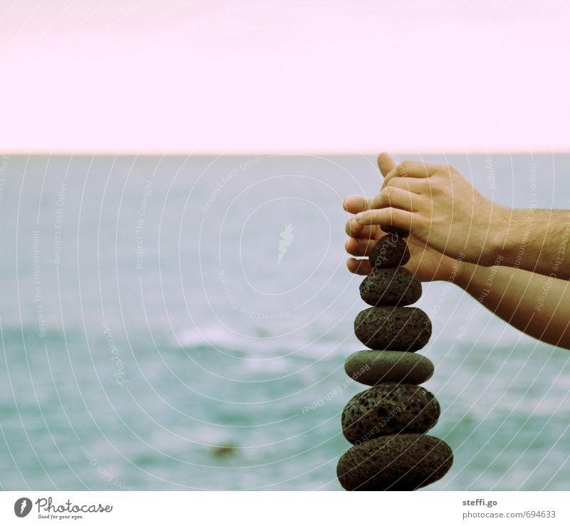 Balanceakt Meer Hand ruhig Bewegung Stein außergewöhnlich elegant Kraft Zufriedenheit Arme Erfolg Finger berühren festhalten Konzentration Wachsamkeit