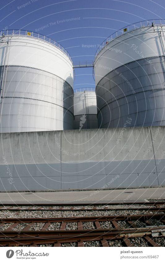 Industrie Himmel kalt Architektur grau Gebäude Metall Beton Verkehr Eisenbahn trist Güterverkehr & Logistik Bauwerk Fabrik Gleise