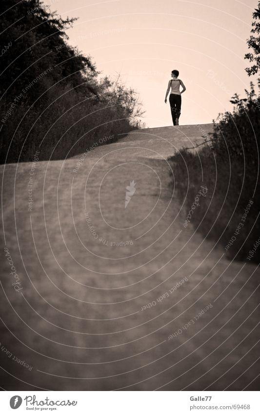 Wo ist Joe Black? Horizont schwarz weiß Spaziergang Suche Einsamkeit Abschied Ferne Wege & Pfade Himmel Mensch