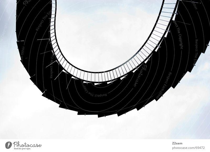 Treppenschlange Himmel schwarz Linie Treppe rund steigen Leiter Geländer Bogen Lamelle schlangenförmig