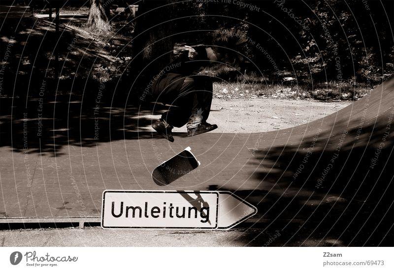Kickflip on detours Sport springen Stil oben Schilder & Markierungen Skateboarding Salto Halfpipe Trick Funsport Parkdeck Stunt Umleitung Kickflip