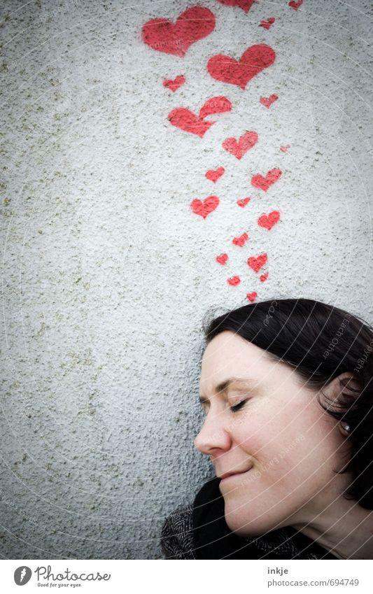 Früüüüühling *tirili* Lifestyle Freude Freizeit & Hobby Flirten Frau Erwachsene Leben Gesicht 1 Mensch 30-45 Jahre Mauer Wand Fassade Beton Zeichen Graffiti