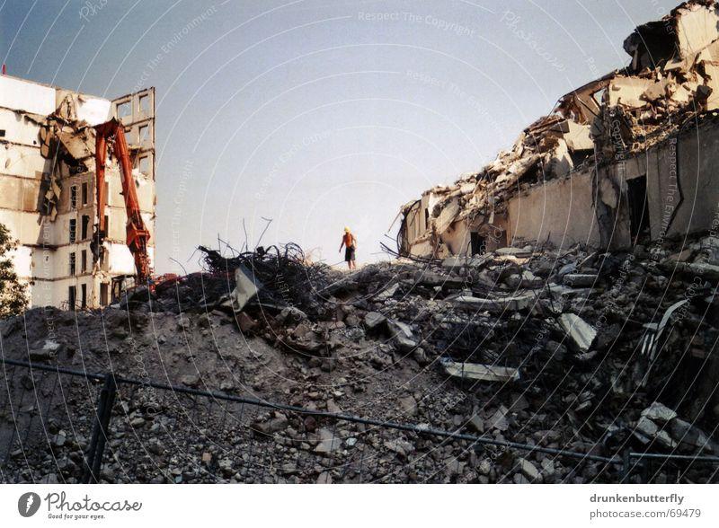 Einstürzende Neubauten Himmel Haus Stein Beton Baustelle Ruine Zaun Zerstörung Bauarbeiter Demontage Plattenbau Bagger Wohnhochhaus