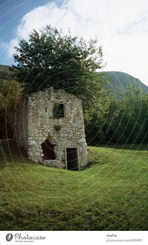 Baumhaus Haus Wiese Ruine Landschaft Berge u. Gebirge alt