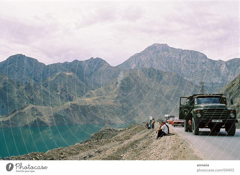 Picknick Farbfoto Außenaufnahme Tag Freude Berge u. Gebirge sprechen Wasser See Straße Lastwagen warten erdrutsch hills break waiting talking