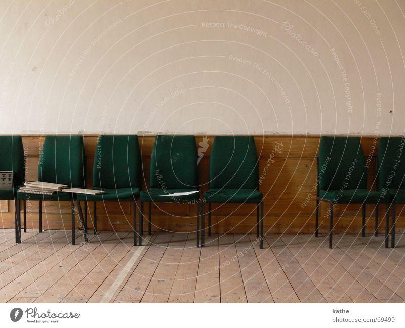 1. Reihe Wand Raum Stuhl antik Parkett Sitzreihe Saal dunkelgrün