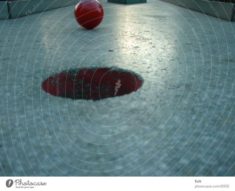 Einlochen rot Beton Dinge Ball Loch