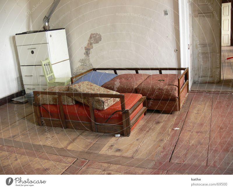 Puppenstube Wand Raum dreckig Tür Bett verfaulen Sofa schäbig antik Parkett Saal Bruchbude Luftmatratze