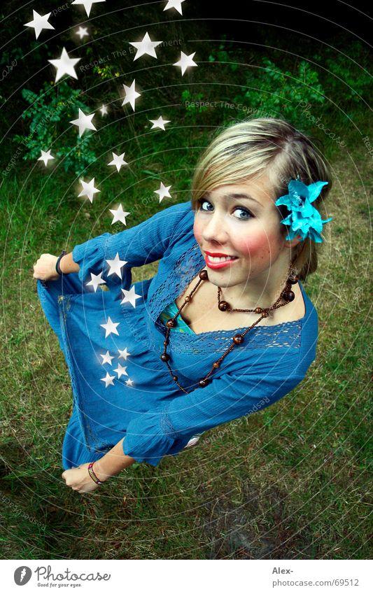 Die Sternenfängerin Frau schön Mädchen Blume Einsamkeit klein lustig blond groß Stern (Symbol) süß niedlich Kleid fallen Kitsch fangen