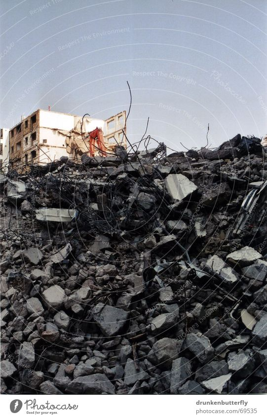 Einstürzende Neubauten (die Zweite) Demontage Bauarbeiter Haus Bagger Beton Baustelle Zaun Plattenbau Zerstörung Ruine Stein Himmel