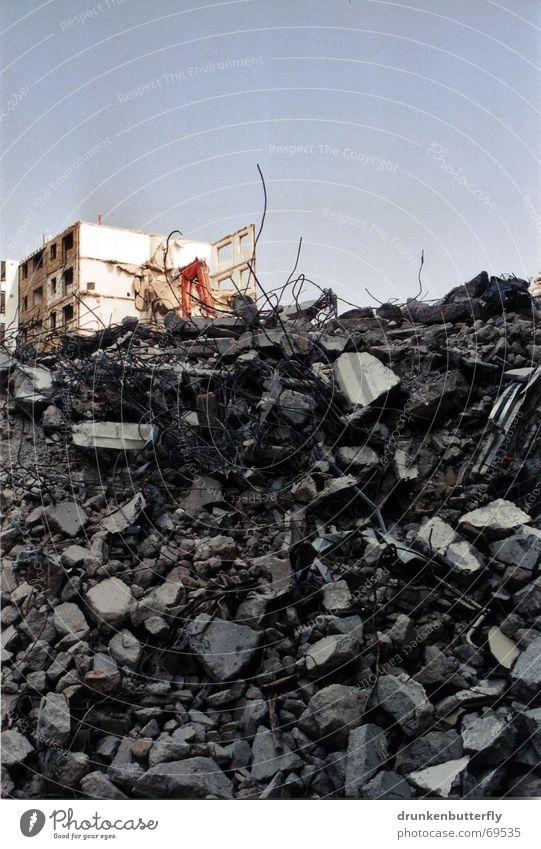 Einstürzende Neubauten (die Zweite) Himmel Haus Stein Beton Baustelle Ruine Zaun Zerstörung Bauarbeiter Demontage Plattenbau Bagger Wohnhochhaus