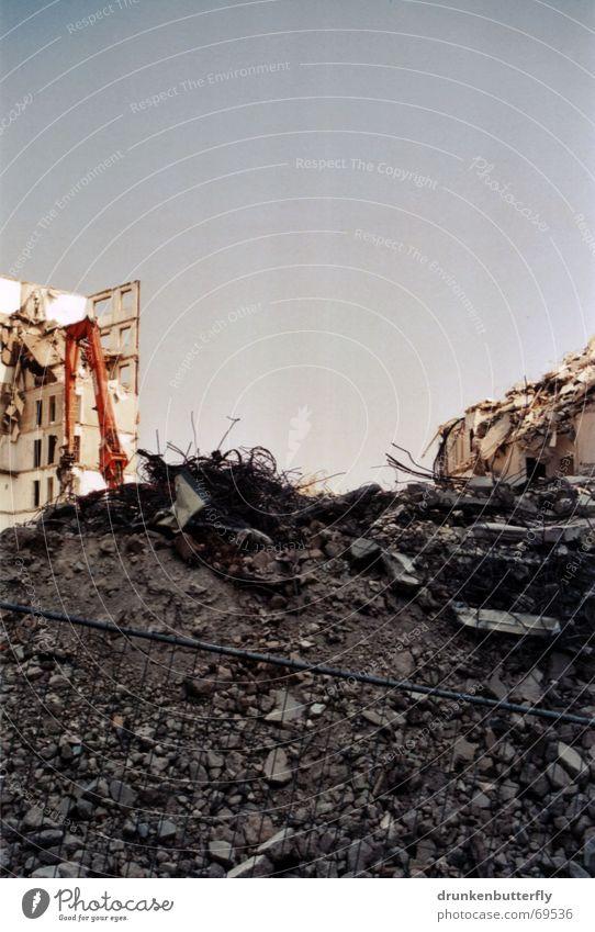 Einstürzende Neubauten (die Dritte) Demontage Bauarbeiter Haus Bagger Beton Baustelle Zaun Plattenbau Zerstörung Ruine Stein Himmel