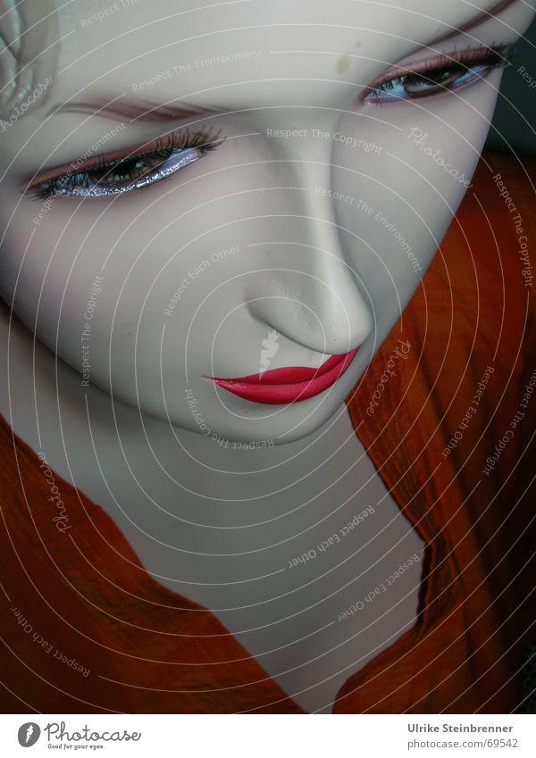 Gesicht einer Schaufensterpuppe von schräg oben Farbfoto Detailaufnahme Blick nach unten Stil schön Kosmetik Lippenstift Wimperntusche Ferne feminin Frau