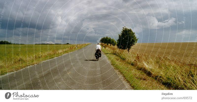 Biker Natur Himmel Ferien & Urlaub & Reisen Wolken Berge u. Gebirge Wege & Pfade Fahrrad Feld Ausflug fahren Mobilität unterwegs strampeln