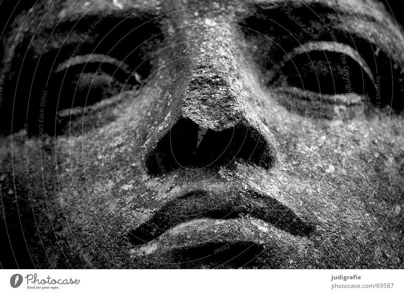 Gelassen Gelassenheit Physik Porträt Sandstein Kalk Skulptur schwarz weiß Riss trocken Gesicht Auge Nase Mund Blick ruhig Güte Müdigkeit Charakter Stein rau
