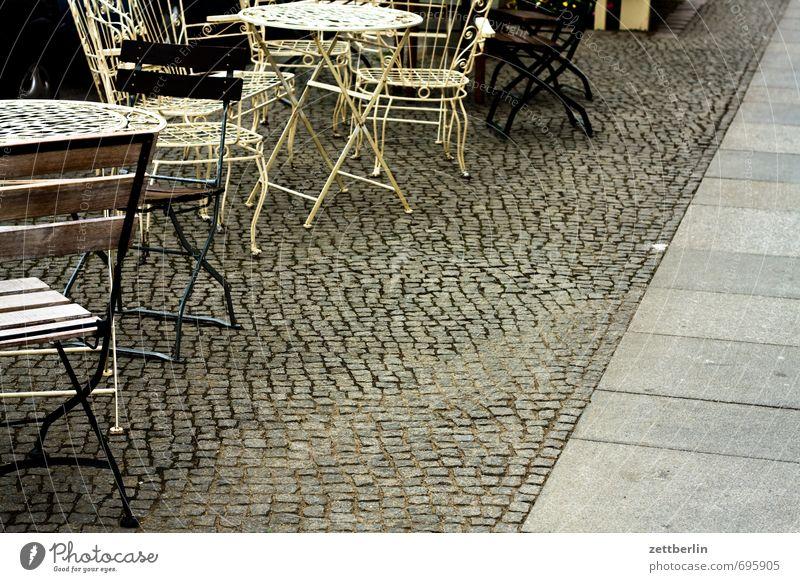 Saisonbeginn Stuhl Tisch Möbel Café Kaffee Kaffeetrinken Sitzgelegenheit sitzen Straßencafé Bürgersteig Fußweg Pflastersteine Kopfsteinpflaster Straßenbelag