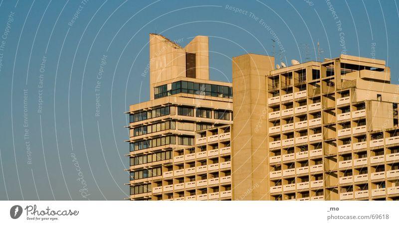 Stabsstelle München Olympisches Dorf Hochhaus trist Winter kalt Außenaufnahme Olympiade olympische spiele 1972 Blauer Himmel Architektur