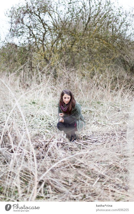 abseits . Mensch feminin Junge Frau Jugendliche 1 18-30 Jahre Erwachsene Natur Pflanze Baum Gras Feld brünett langhaarig natürlich stachelig trocken wild braun