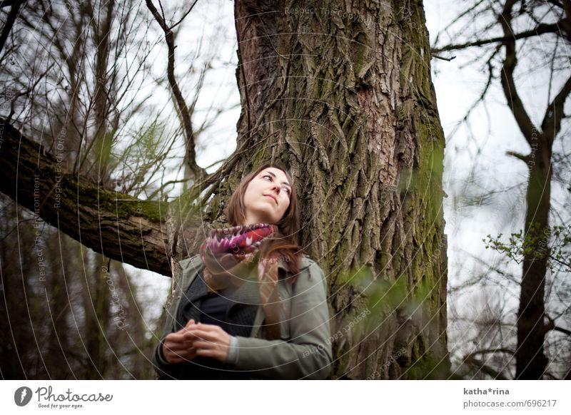 * Mensch feminin Junge Frau Jugendliche 1 18-30 Jahre Erwachsene Natur Wolken Baum Schal brünett langhaarig braun grün Zufriedenheit ruhig anlehnen Denken