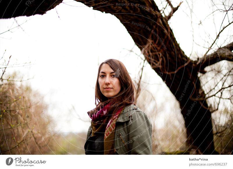 * feminin Junge Frau Jugendliche 1 Mensch 18-30 Jahre Erwachsene Natur schlechtes Wetter Baum Jacke Schal brünett langhaarig bedrohlich gruselig kalt natürlich