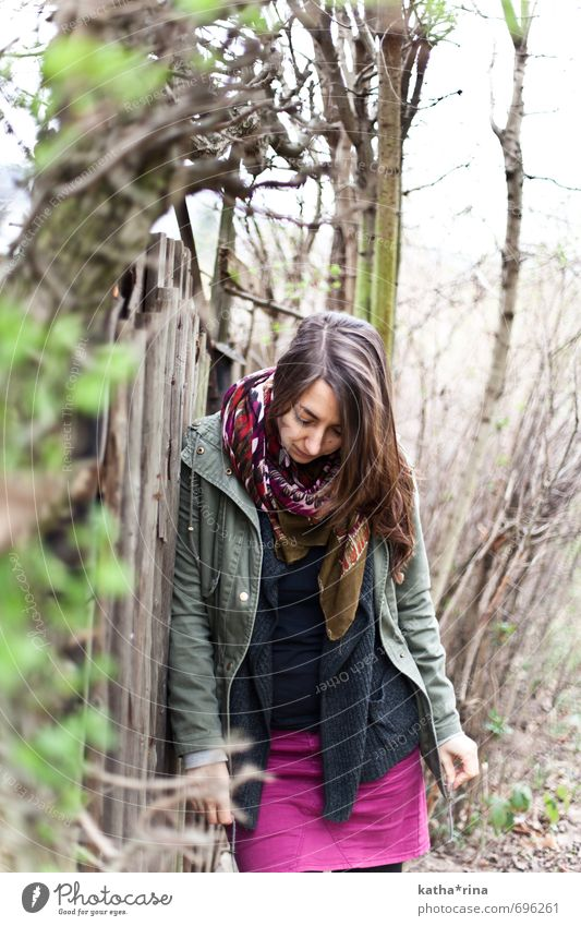* Mensch feminin Junge Frau Jugendliche 1 18-30 Jahre Erwachsene Natur Frühling Baum Sträucher brünett langhaarig Holz natürlich braun grün violett ruhig Denken
