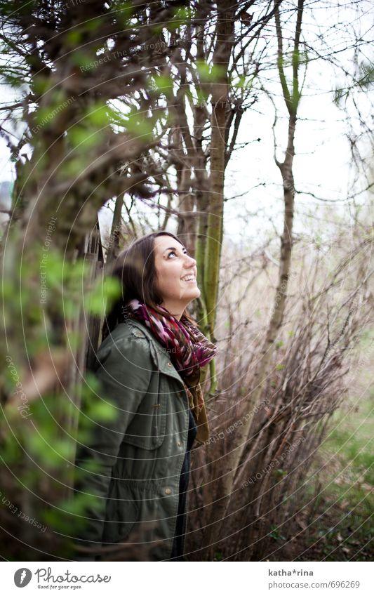 lebensfroh . Mensch feminin Junge Frau Jugendliche 1 18-30 Jahre Erwachsene Natur Baum Sträucher Garten Jacke Schal brünett langhaarig Holz Freundlichkeit