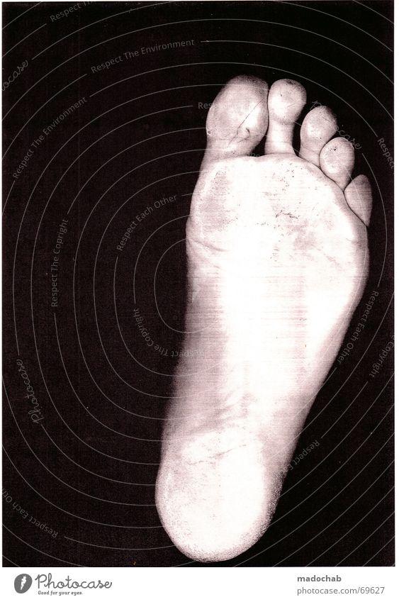 GAAS 10 | fuss foot zehen thumbs nackt sohle person zombie weiß Hand Einsamkeit dunkel schwarz Traurigkeit Gefühle Gesundheit Freiheit Fuß gehen Angst verrückt