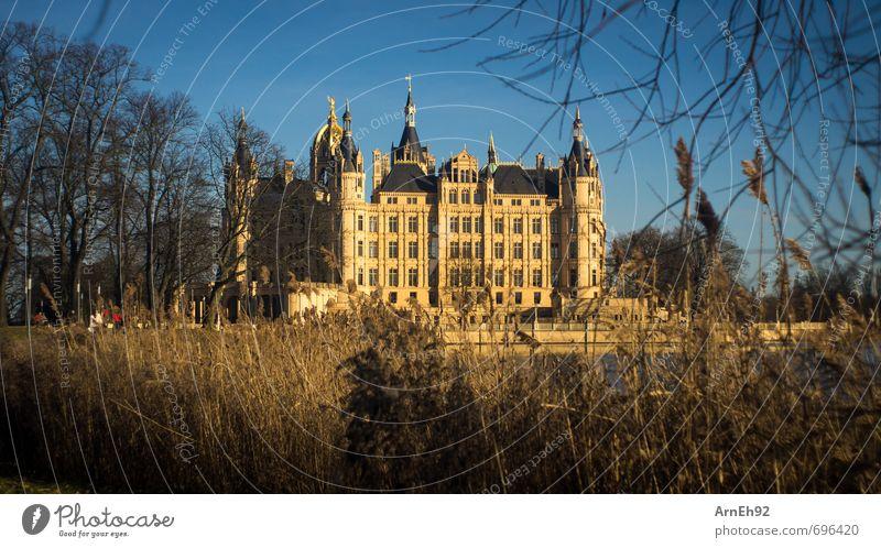 Schweriner Schloss Sonne Sonnenlicht Frühling Schönes Wetter Stadt Hauptstadt Stadtzentrum Burg oder Schloss Sehenswürdigkeit Denkmal alt reich Wärme blau gold