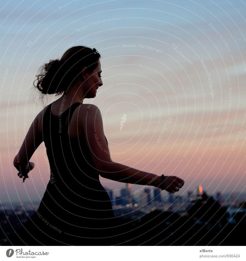 Abendbunt Mensch Frau Himmel Jugendliche schön Erholung Junge Frau Freude 18-30 Jahre Ferne Erwachsene feminin Freiheit Glück Horizont Freizeit & Hobby