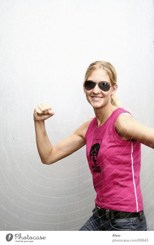 Milchgeld her ... Frau Sommer Wärme Kraft rosa Physik Lautsprecher kämpfen Sonnenbrille Schlag schlagen einrichten selbstbewußt Faust Pornobrille