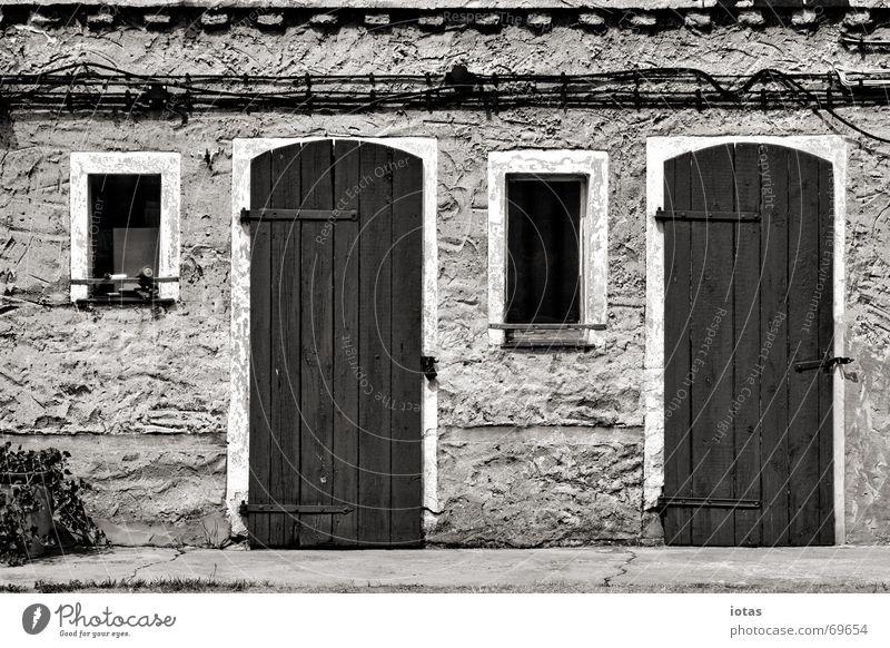 zwei türen, zwei fenster ruhig Haus Tür Fenster Wand Putz Architektur Detailaufnahme Frieden Schwarzweißfoto b/w b&w Hütte symetrie symetrisch