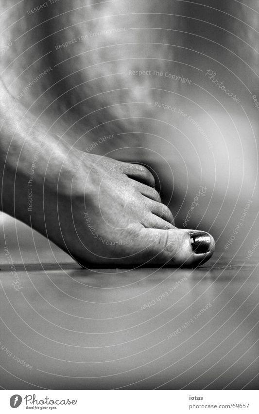 fräulein k. Frau ruhig Zehen Nagel Körperhaltung Kraft Freude Detailaufnahme Einsamkeit Schwarzweißfoto b/w b&w Fuß Lack Bodenbelag Barfuß